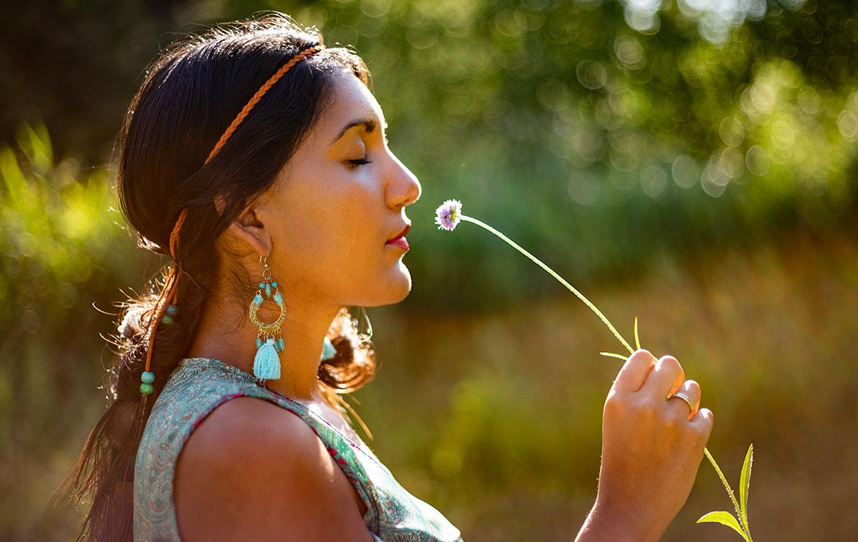 sabrina soebhan ruikend aan bloem in zomers portret